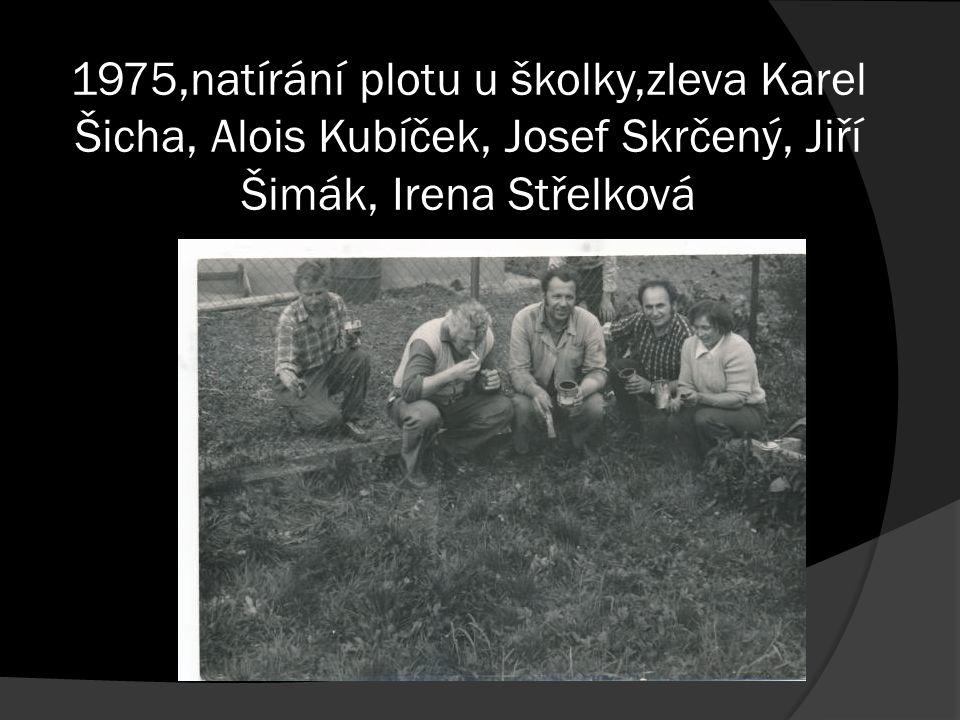 1975,natírání plotu u školky,zleva Karel Šicha, Alois Kubíček, Josef Skrčený, Jiří Šimák, Irena Střelková