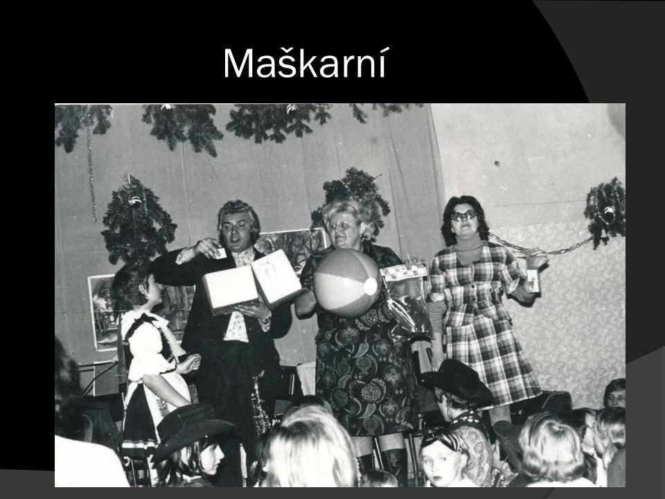 vpravo Marie Hrdinková, vedle ní Marie Sedláková, MDŽ, 70.leta