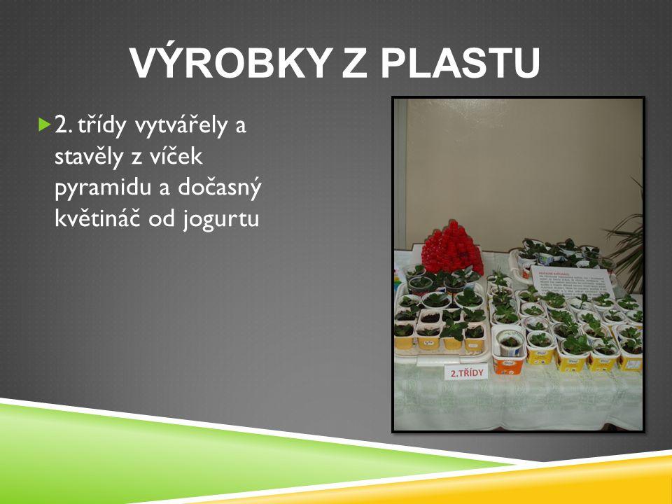 VÝROBKY Z PLASTU  2. třídy vytvářely a stavěly z víček pyramidu a dočasný květináč od jogurtu
