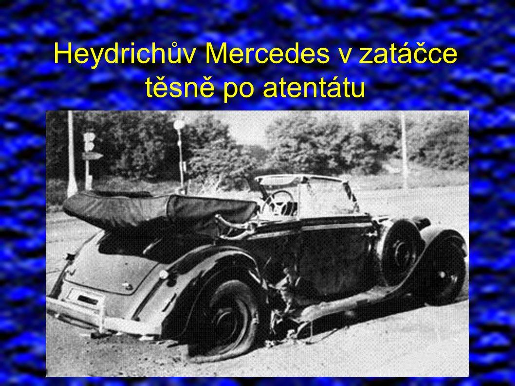 Heydrichův Mercedes v zatáčce těsně po atentátu