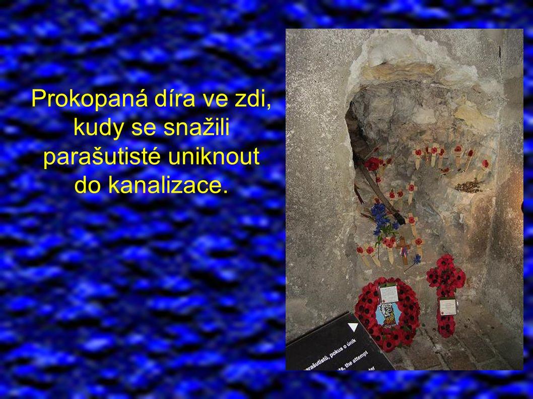 Prokopaná díra ve zdi, kudy se snažili parašutisté uniknout do kanalizace.
