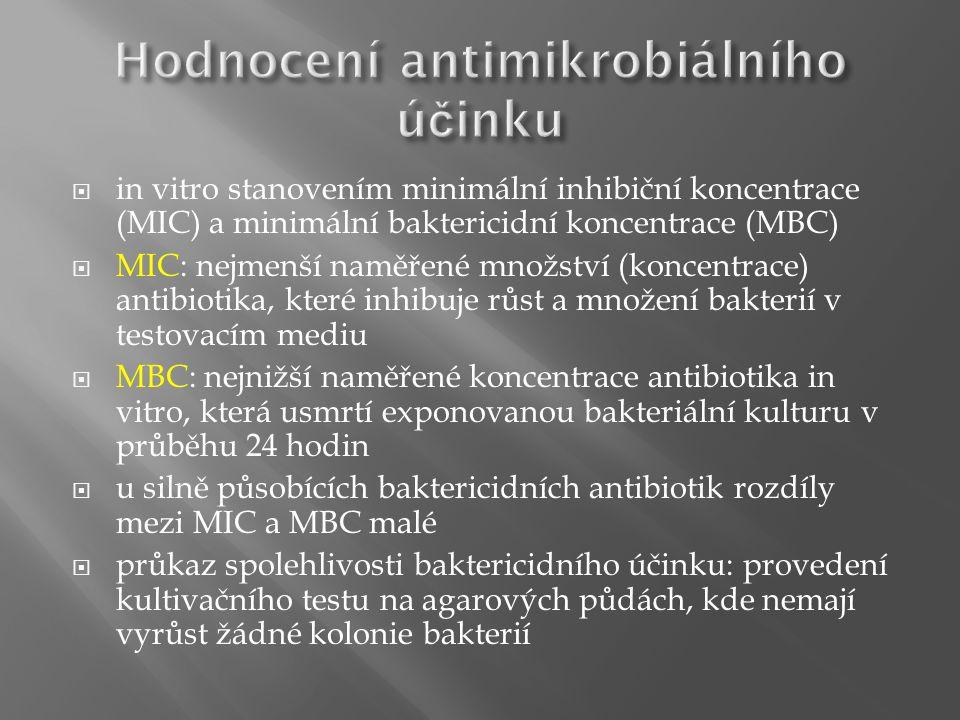  in vitro stanovením minimální inhibiční koncentrace (MIC) a minimální baktericidní koncentrace (MBC)  MIC: nejmenší naměřené množství (koncentrace) antibiotika, které inhibuje růst a množení bakterií v testovacím mediu  MBC: nejnižší naměřené koncentrace antibiotika in vitro, která usmrtí exponovanou bakteriální kulturu v průběhu 24 hodin  u silně působících baktericidních antibiotik rozdíly mezi MIC a MBC malé  průkaz spolehlivosti baktericidního účinku: provedení kultivačního testu na agarových půdách, kde nemají vyrůst žádné kolonie bakterií
