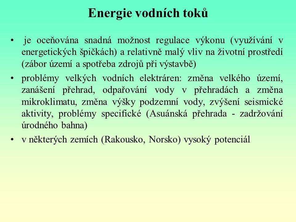 Energie vodních toků je oceňována snadná možnost regulace výkonu (využívání v energetických špičkách) a relativně malý vliv na životní prostředí (zábo