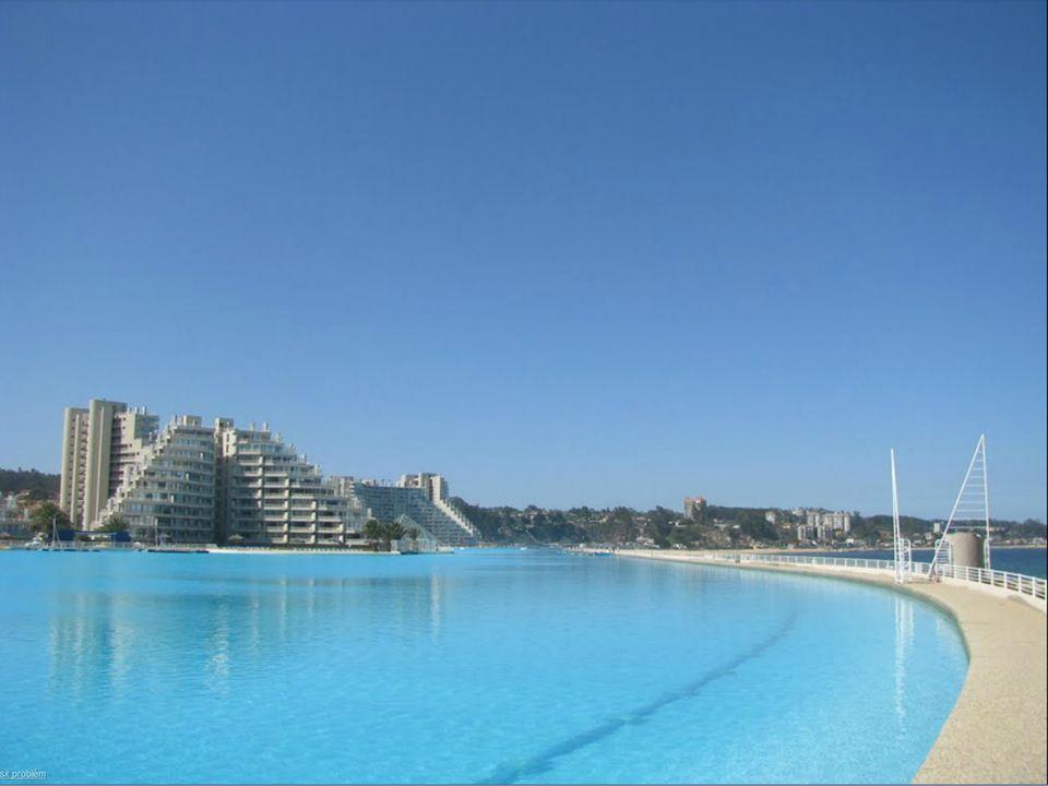 Bazén je plněný vodou z oceánu, který od něj odděluje jen poměrně úzká pláž