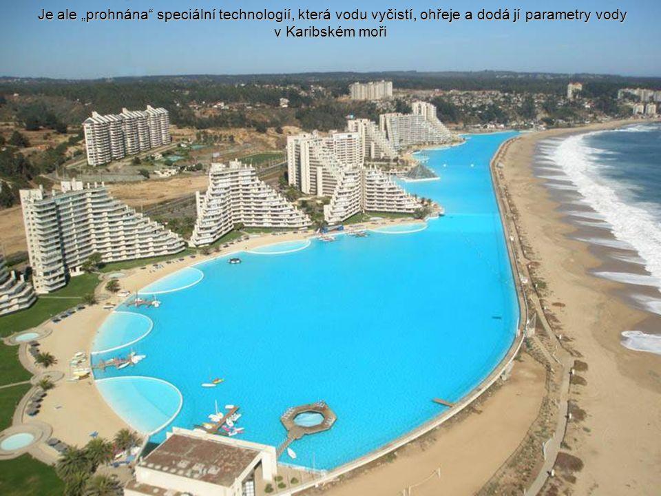 Voda je na jednom konci bazénu čerpána z moře a na druhém konci vypouštěna zpátky do oceánu