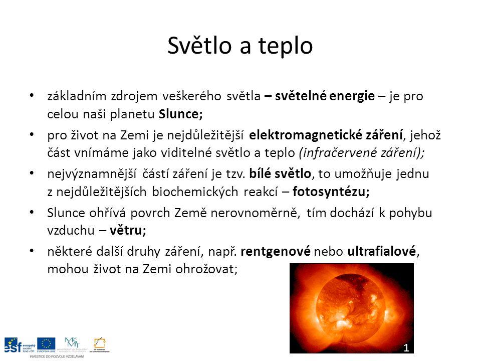 Světlo a organismy v našich zeměpisných šířkách je velká závislost organismů na změnách světelného režimu, který je dán otáčením Země kolem osy a oběhem kolem Slunce (střídání dne a noci, délka dne), tyto změny vedou k vytváření rytmických dějů v závislosti na světle, hovoříme o tzv.
