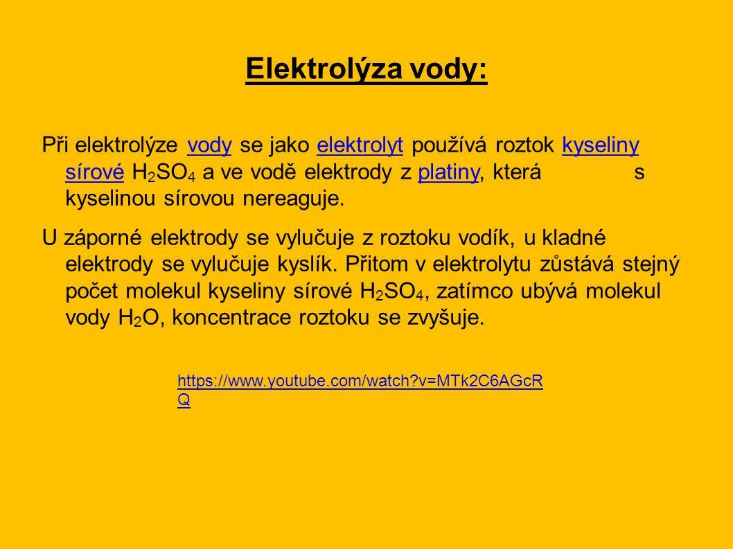 Při elektrolýze vody se jako elektrolyt používá roztok kyseliny sírové H 2 SO 4 a ve vodě elektrody z platiny, která s kyselinou sírovou nereaguje.vodyelektrolytkyseliny sírovéplatiny U záporné elektrody se vylučuje z roztoku vodík, u kladné elektrody se vylučuje kyslík.