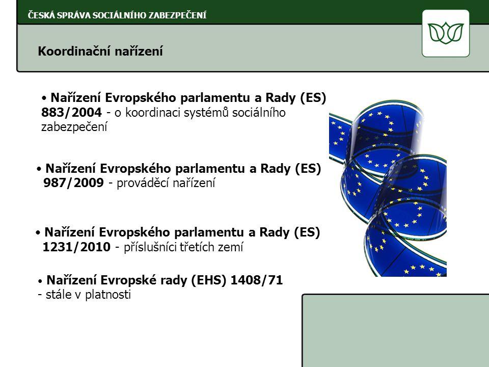 ČESKÁ SPRÁVA SOCIÁLNÍHO ZABEZPEČENÍ uplatnění nároku u instituce státu, jehož předpisům podléhá akceptují se potvrzení o DPN vystavené v jiném státě EU dávky se zasílají na žádost pojištěnce i do jiného státu (na náklady pojištěnce) koordinace se týká všech peněžitých dávek plynoucích v ČR z nemocenského pojištění Peněžité dávky v nemoci a mateřství Základní pravidlo: Nárok na dávku se posuzuje dle právních předpisů státu, kde je osoba pojištěna, a to i v případě, že bydlí na území jiného státu