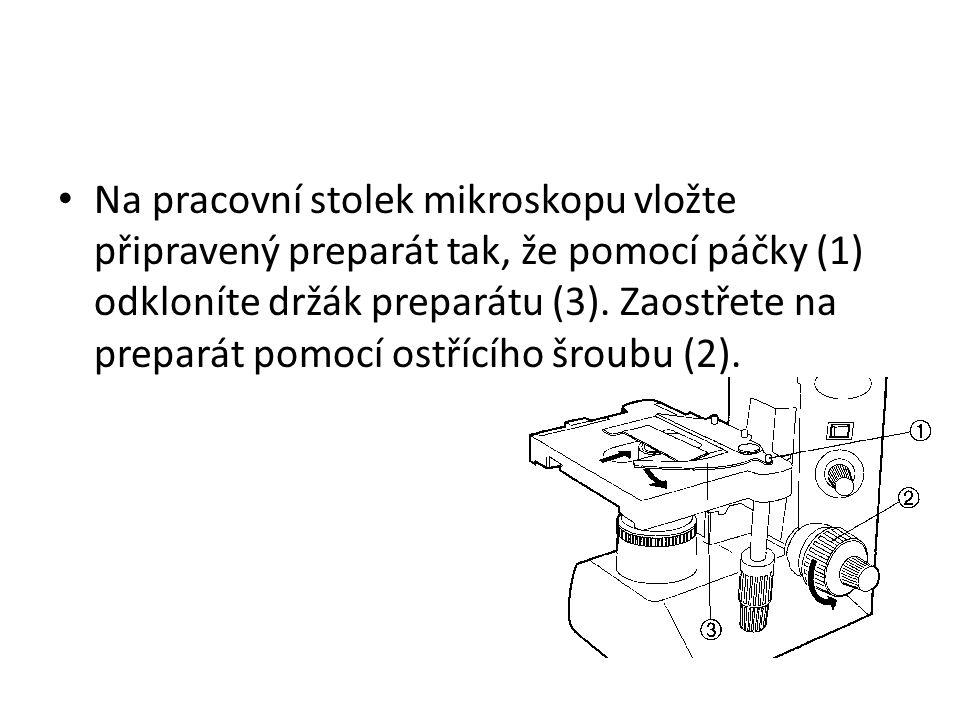 Na pracovní stolek mikroskopu vložte připravený preparát tak, že pomocí páčky (1) odkloníte držák preparátu (3). Zaostřete na preparát pomocí ostřícíh
