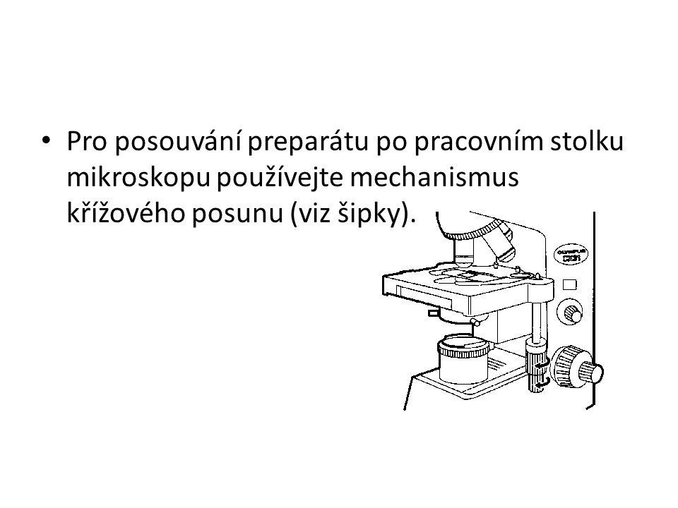 Pro posouvání preparátu po pracovním stolku mikroskopu používejte mechanismus křížového posunu (viz šipky).