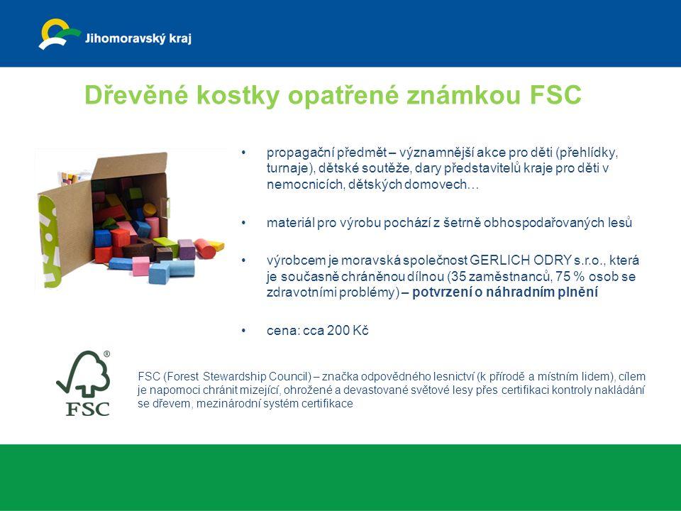 Dřevěné kostky opatřené známkou FSC propagační předmět – významnější akce pro děti (přehlídky, turnaje), dětské soutěže, dary představitelů kraje pro děti v nemocnicích, dětských domovech… materiál pro výrobu pochází z šetrně obhospodařovaných lesů výrobcem je moravská společnost GERLICH ODRY s.r.o., která je současně chráněnou dílnou (35 zaměstnanců, 75 % osob se zdravotními problémy) – potvrzení o náhradním plnění cena: cca 200 Kč FSC (Forest Stewardship Council) – značka odpovědného lesnictví (k přírodě a místním lidem), cílem je napomoci chránit mizející, ohrožené a devastované světové lesy přes certifikaci kontroly nakládání se dřevem, mezinárodní systém certifikace