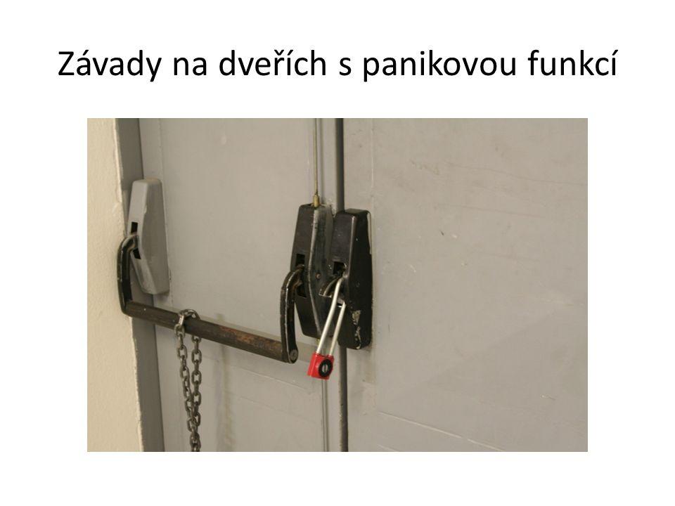 Závady na dveřích s panikovou funkcí
