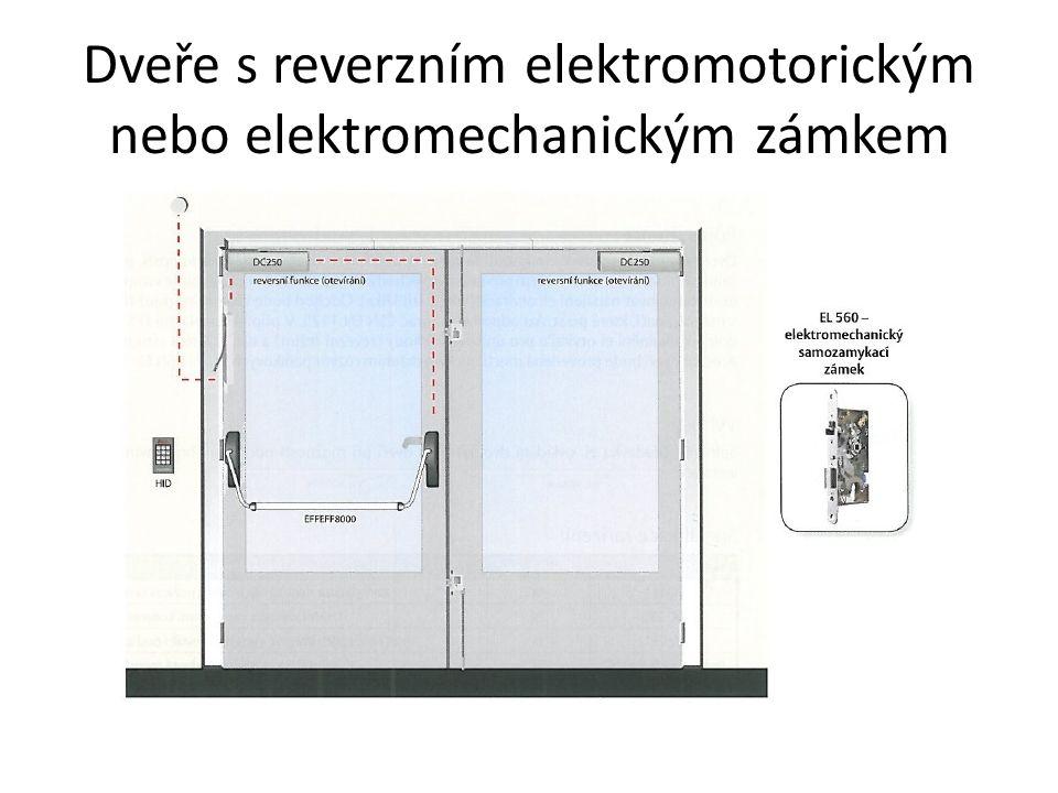 Dveře s reverzním elektromotorickým nebo elektromechanickým zámkem