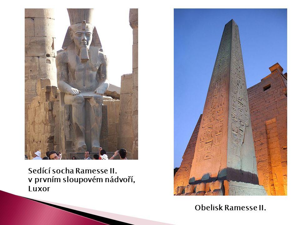 Obelisk Ramesse II. Sedící socha Ramesse II. v prvním sloupovém nádvoří, Luxor