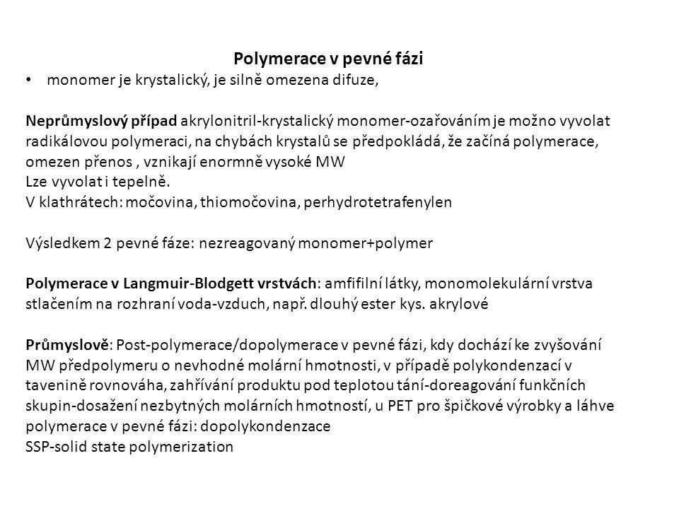 Polymerace v pevné fázi monomer je krystalický, je silně omezena difuze, Neprůmyslový případ akrylonitril-krystalický monomer-ozařováním je možno vyvolat radikálovou polymeraci, na chybách krystalů se předpokládá, že začíná polymerace, omezen přenos, vznikají enormně vysoké MW Lze vyvolat i tepelně.