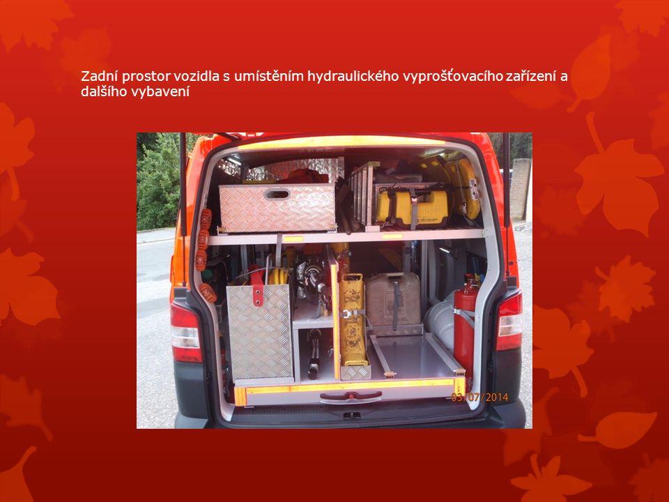 Zadní prostor vozidla s umístěním hydraulického vyprošťovacího zařízení a dalšího vybavení