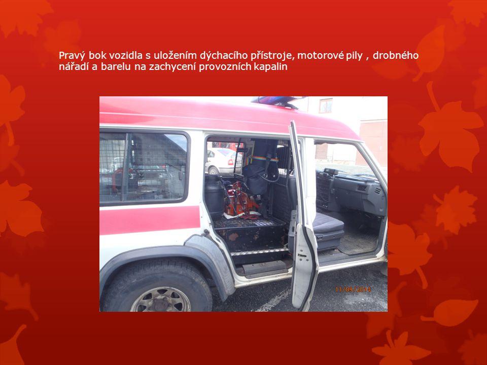 Pravý bok vozidla s uložením dýchacího přístroje, motorové pily, drobného nářadí a barelu na zachycení provozních kapalin