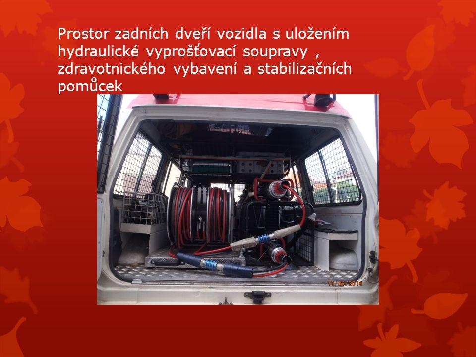 Prostor zadních dveří vozidla s uložením hydraulické vyprošťovací soupravy, zdravotnického vybavení a stabilizačních pomůcek
