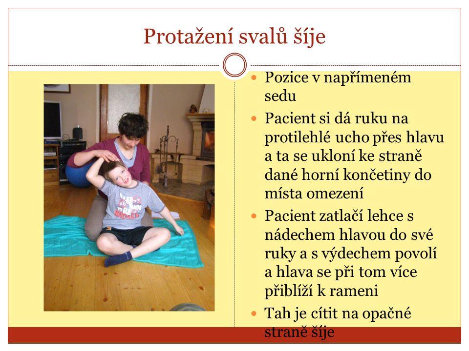 Protažení svalů šíje Pozice v napřímeném sedu Pacient si dá ruku na protilehlé ucho přes hlavu a ta se ukloní ke straně dané horní končetiny do místa omezení Pacient zatlačí lehce s nádechem hlavou do své ruky a s výdechem povolí a hlava se při tom více přiblíží k rameni Tah je cítit na opačné straně šíje