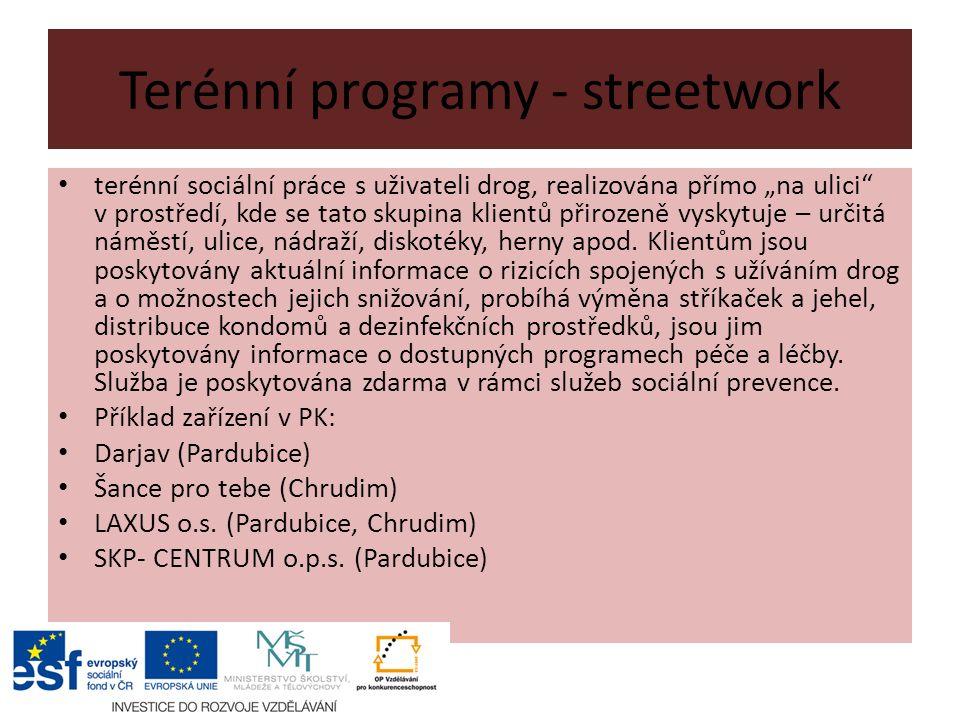 """Terénní programy - streetwork terénní sociální práce s uživateli drog, realizována přímo """"na ulici v prostředí, kde se tato skupina klientů přirozeně vyskytuje – určitá náměstí, ulice, nádraží, diskotéky, herny apod."""
