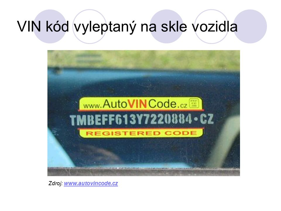 VIN kód vyleptaný na skle vozidla Zdroj: www.autovincode.czwww.autovincode.cz