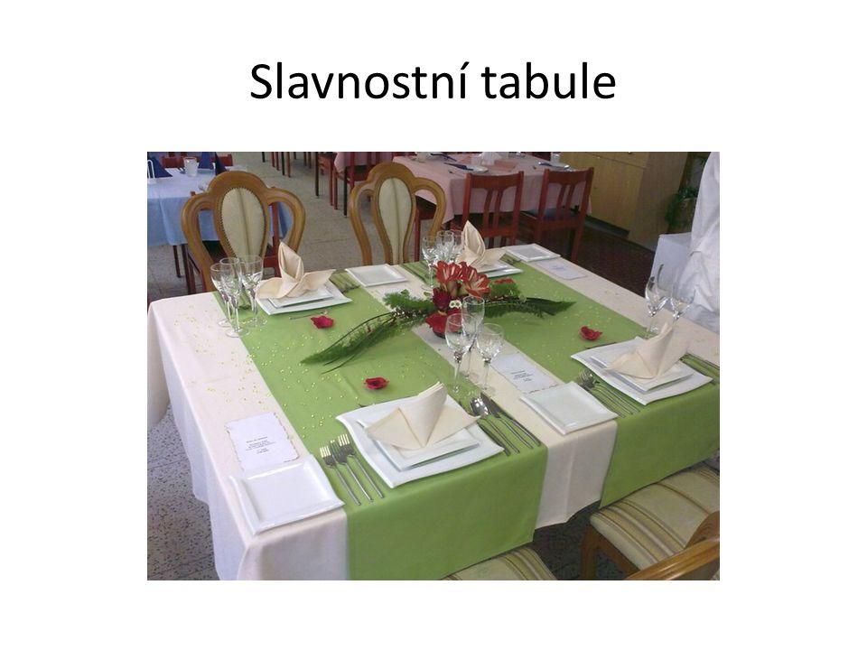 Banket Je velká hostina se slavnostní tabulí organizovaná při významné příležitosti Tabule je sestavena z více stolů do různých tvarů ( I, E, U, kulatá...) Jídlo se podává vzorovým slavnostním způsobem ze společných mís, vždy z levé strany hosta, na předem založené talíře
