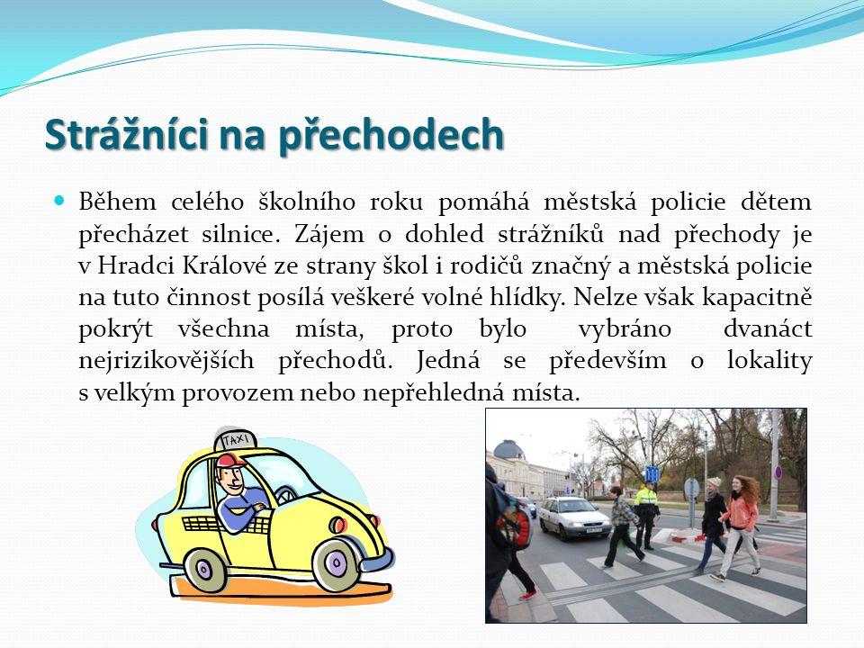 Strážníci na přechodech Během celého školního roku pomáhá městská policie dětem přecházet silnice. Zájem o dohled strážníků nad přechody je v Hradci K