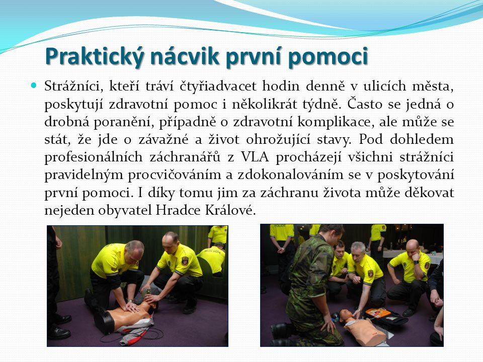 Praktický nácvik první pomoci Praktický nácvik první pomoci Strážníci, kteří tráví čtyřiadvacet hodin denně v ulicích města, poskytují zdravotní pomoc