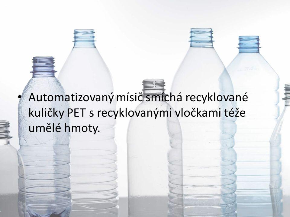 Automatizovaný mísič smíchá recyklované kuličky PET s recyklovanými vločkami téže umělé hmoty.