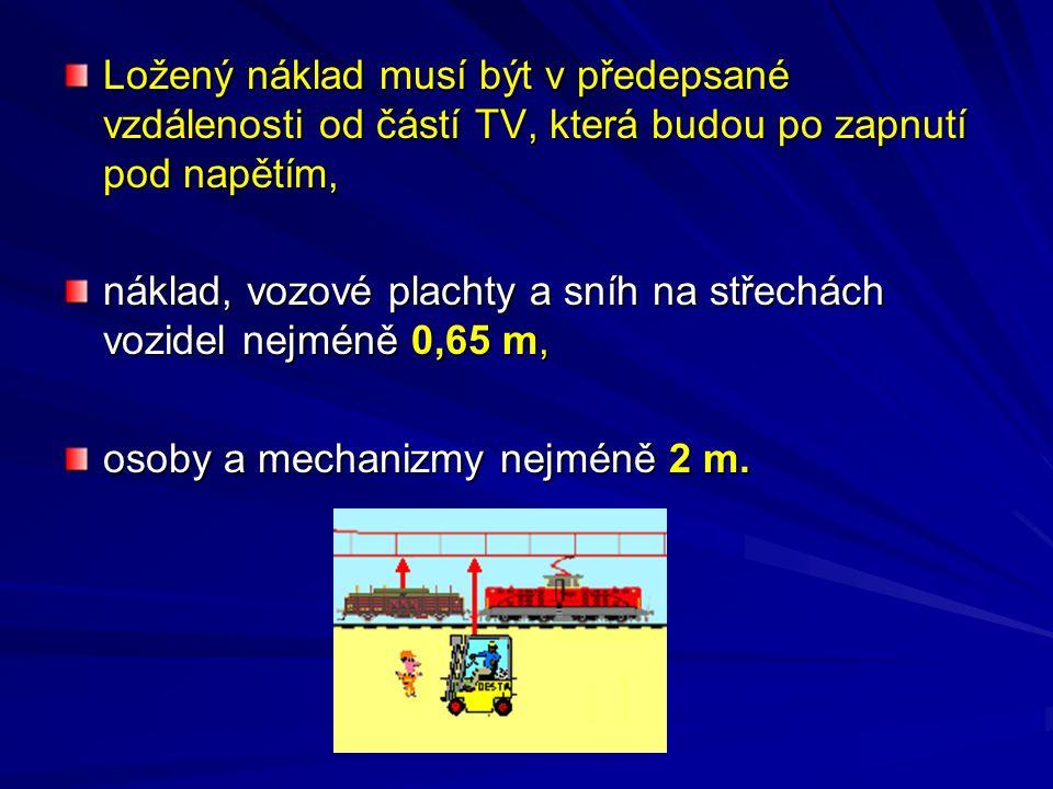 Ložený náklad musí být v předepsané vzdálenosti od částí TV, která budou po zapnutí pod napětím, náklad, vozové plachty a sníh na střechách vozidel ne