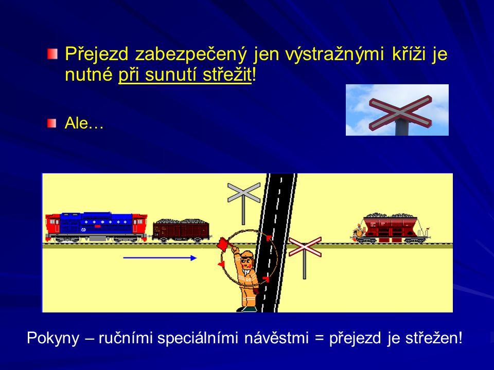 Přejezd zabezpečený jen výstražnými kříži je nutné při sunutí střežit! Ale… Pokyny – ručními speciálními návěstmi = přejezd je střežen!