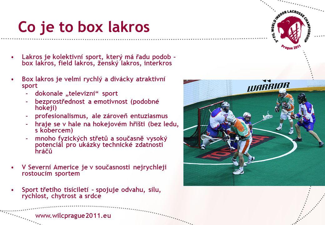 """www.lacrosse.cz Co je to box lakros www.wilcprague2011.eu Lakros je kolektivní sport, který má řadu podob – box lakros, field lakros, ženský lakros, interkros Box lakros je velmi rychlý a divácky atraktivní sport –dokonale """"televizní sport –bezprostřednost a emotivnost (podobné hokeji) –profesionalismus, ale zároveň entuziasmus –hraje se v hale na hokejovém hřišti (bez ledu, s kobercem) –mnoho fyzických střetů a současně vysoký potenciál pro ukázky technické zdatnosti hráčů V Severní Americe je v současnosti nejrychleji rostoucím sportem Sport třetího tisíciletí – spojuje odvahu, sílu, rychlost, chytrost a srdce"""