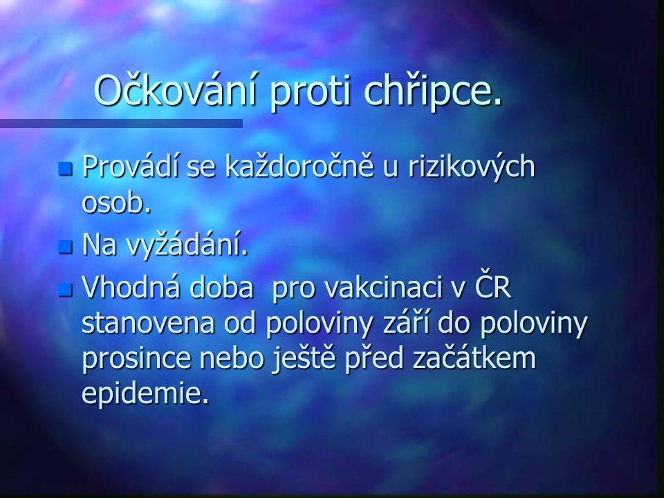Očkování proti chřipce. n Provádí se každoročně u rizikových osob. n Na vyžádání. n Vhodná doba pro vakcinaci v ČR stanovena od poloviny září do polov