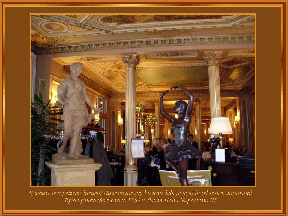 Kavárna Café de La Paix se nachází na Operním náměstí, na rohu Boulevard des Capucines. Byla navržena architektem Charlesem Garnierem, jenž je rovněž