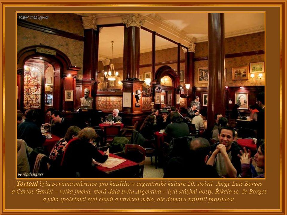 Café Tortoni bylo otevřeno v roce 1858 a na současnou adresu bylo přestěhováno až v roce 1880; původní vchod byl na bulváru Rivadavia, ale od roku 189