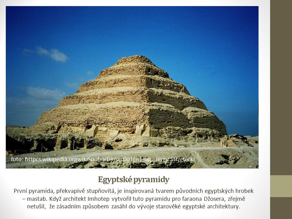 Egyptské pyramidy První pyramida, překvapivě stupňovitá, je inspirovaná tvarem původních egyptských hrobek – mastab.
