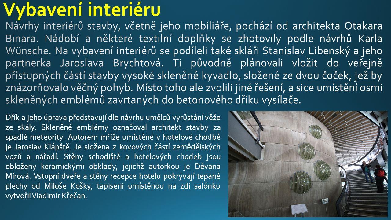 Vybavení interiéru Dřík a jeho úprava představují dle návrhu umělců vyrůstání věže ze skály. Skleněné emblémy označoval architekt stavby za spadlé met