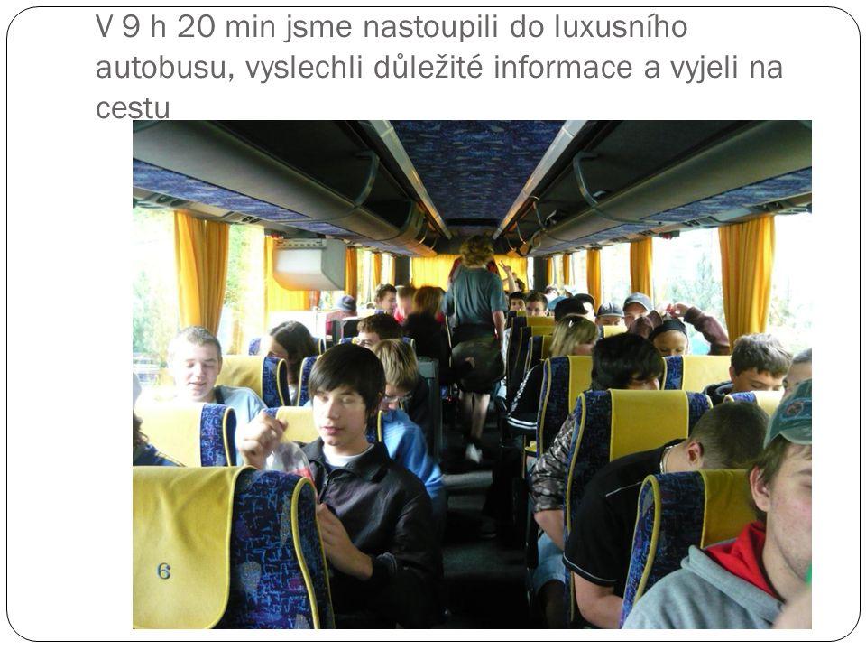 V 9 h 20 min jsme nastoupili do luxusního autobusu, vyslechli důležité informace a vyjeli na cestu