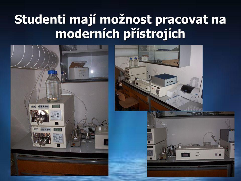 Studenti mají možnost pracovat na moderních přístrojích