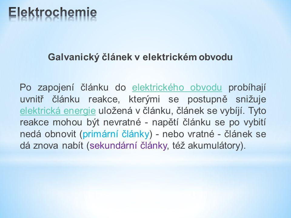 Galvanický článek v elektrickém obvodu Po zapojení článku do elektrického obvodu probíhají uvnitř článku reakce, kterými se postupně snižuje elektrická energie uložená v článku, článek se vybíjí.