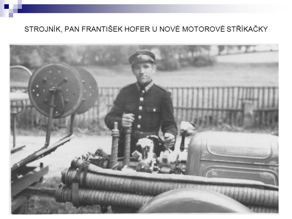 STROJNÍK, PAN FRANTIŠEK HOFER U NOVÉ MOTOROVÉ STŘÍKAČKY