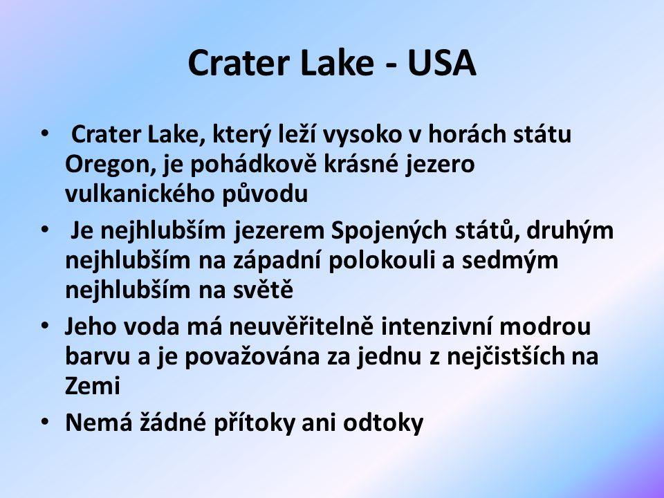 Crater Lake - USA Crater Lake, který leží vysoko v horách státu Oregon, je pohádkově krásné jezero vulkanického původu Je nejhlubším jezerem Spojených států, druhým nejhlubším na západní polokouli a sedmým nejhlubším na světě Jeho voda má neuvěřitelně intenzivní modrou barvu a je považována za jednu z nejčistších na Zemi Nemá žádné přítoky ani odtoky