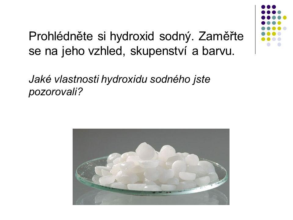 Prohlédněte si hydroxid sodný. Zaměřte se na jeho vzhled, skupenství a barvu.