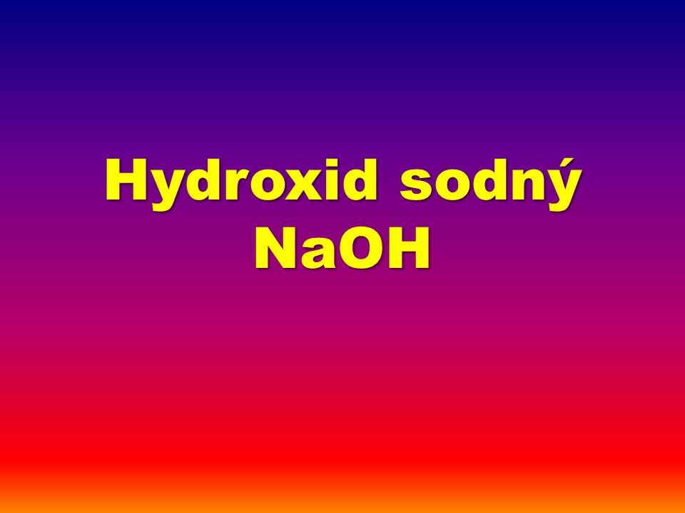 silná zásada vzorec: NaOH, zastaralé názvy: louh (sodný), natron molární hmotnost: 40 g/mol silná žíravina, poškozuje veškeré tkáně (zmýdelnění tuků, odnímání vody), při zasažení je nezbytné intenzivní omývání vodou (případně následně zředěnou slabou kyselinou: zředěný ocet) t t = 318°C, t v = 1390°C skupenství (normální p,T): pevný