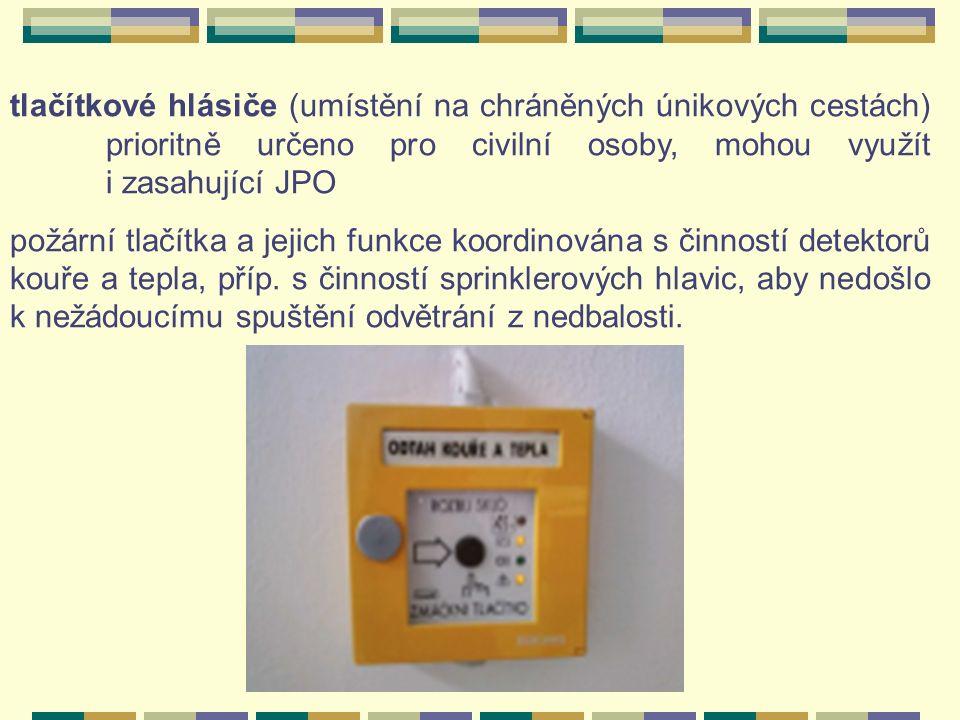 tlačítkové hlásiče (umístění na chráněných únikových cestách) prioritně určeno pro civilní osoby, mohou využít i zasahující JPO požární tlačítka a jejich funkce koordinována s činností detektorů kouře a tepla, příp.