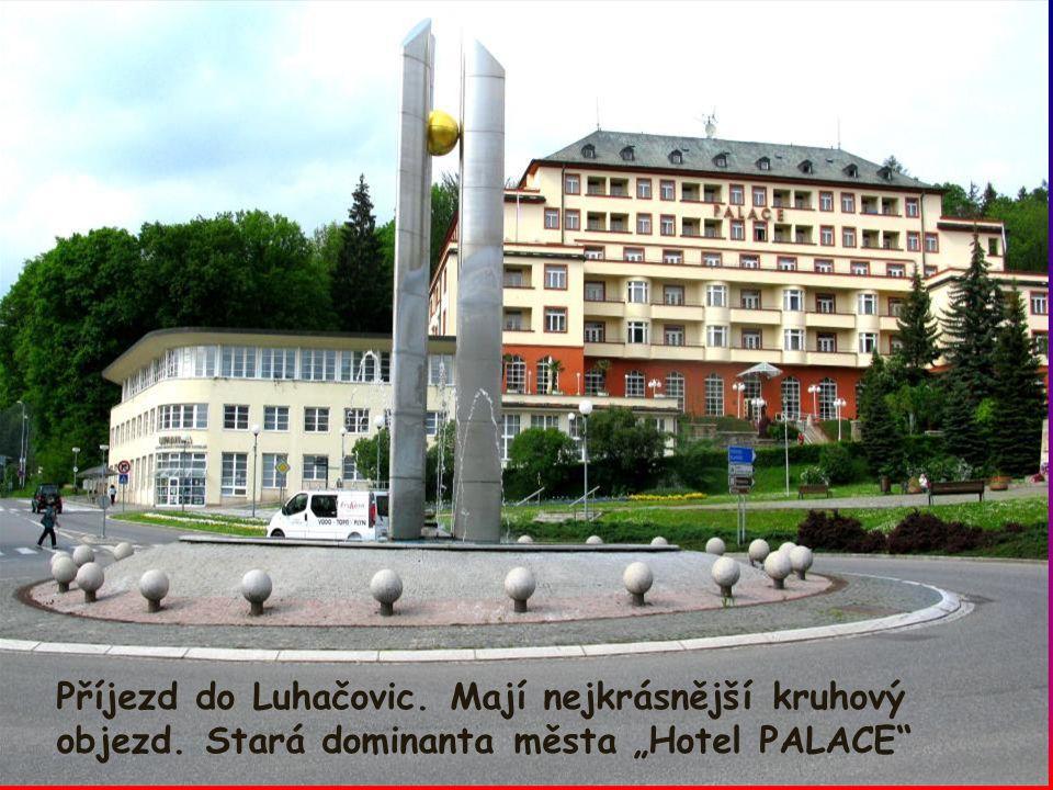 """Příjezd do Luhačovic. Mají nejkrásnější kruhový objezd. Stará dominanta města """"Hotel PALACE"""