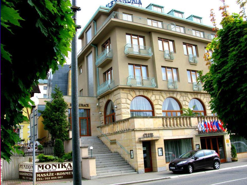 """Příjezd do Luhačovic. Mají nejkrásnější kruhový objezd. Stará dominanta města """"Hotel PALACE"""""""