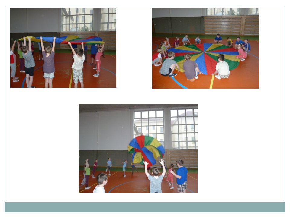 Hra č.1 Děti drží padák oběma rukama, sednou si a natáhnou nohy pod padák.