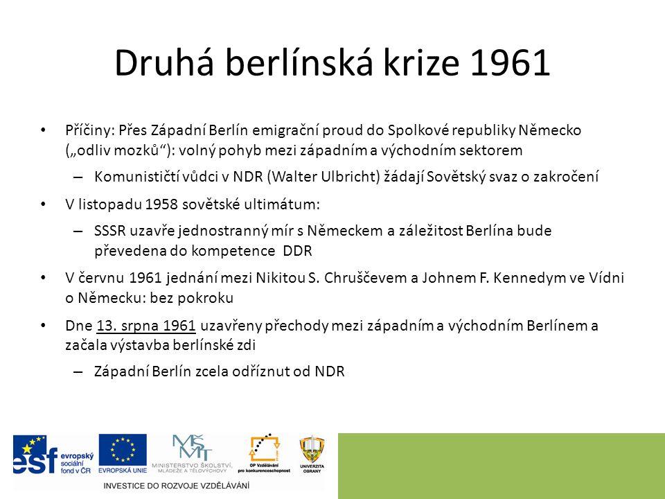 """Druhá berlínská krize 1961 Příčiny: Přes Západní Berlín emigrační proud do Spolkové republiky Německo (""""odliv mozků ): volný pohyb mezi západním a východním sektorem – Komunističtí vůdci v NDR (Walter Ulbricht) žádají Sovětský svaz o zakročení V listopadu 1958 sovětské ultimátum: – SSSR uzavře jednostranný mír s Německem a záležitost Berlína bude převedena do kompetence DDR V červnu 1961 jednání mezi Nikitou S."""