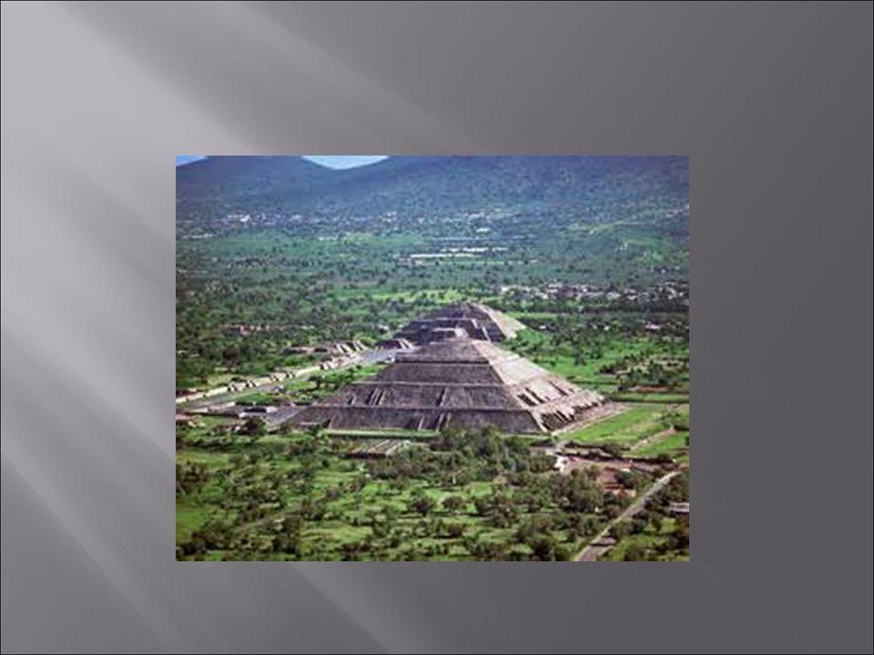  Aztécká říše vnikla z konfederace tří městských států Tenochtitlánu, Texcoco a Tlacopánu, jež byla vytvořena roku 1428 po vítězné válce proti městskému státu Azcapotzalco, po níž Tenočkové získali rozhodující vojenský a politický vliv.